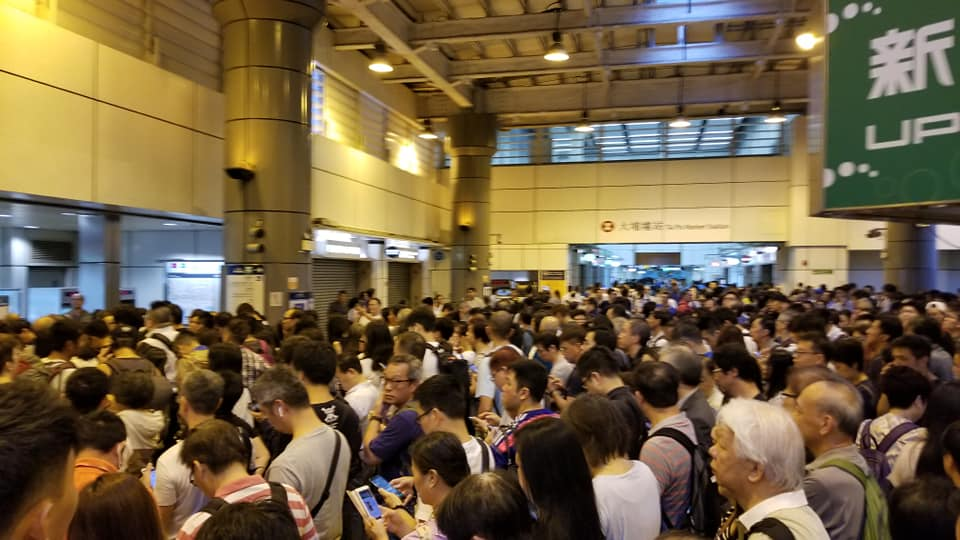 大埔墟站的人龍塞滿新達廣場出口的隧道和行人通道。(陳申/香港突發事故報料區)