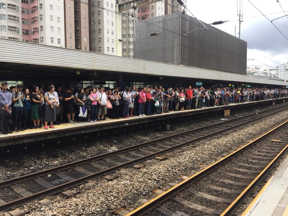 大批市民在港鐵大圍站月台需長時間等候方能上車。(Kammy Cheung/香港突發事故報料區)