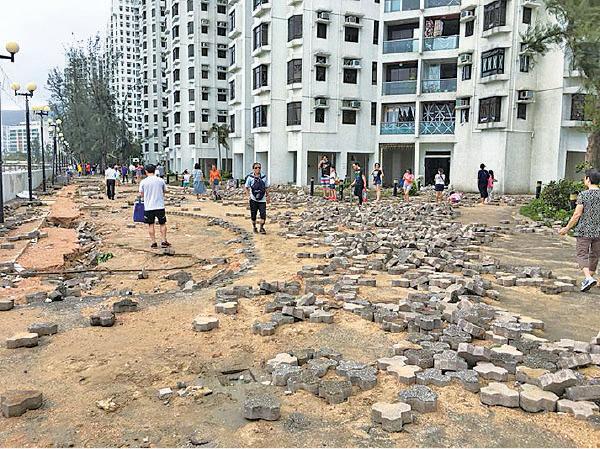 雖然興建了防波堤,但海濱長廊仍然嚴重損毀,地磚被沖走,部份更被沖至大廈地下。(大紀元)