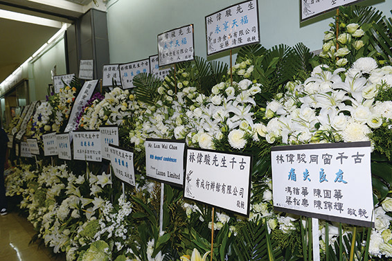 送花的除了工作夥伴公司外,還有林偉駿的同學們。( 宋碧龍/大紀元)