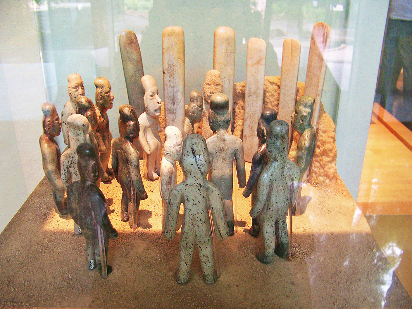 在墨西哥奧爾梅克文化遺址發掘的16尊玉雕像和6根玉圭。(Jami Dwyer/維基百科)