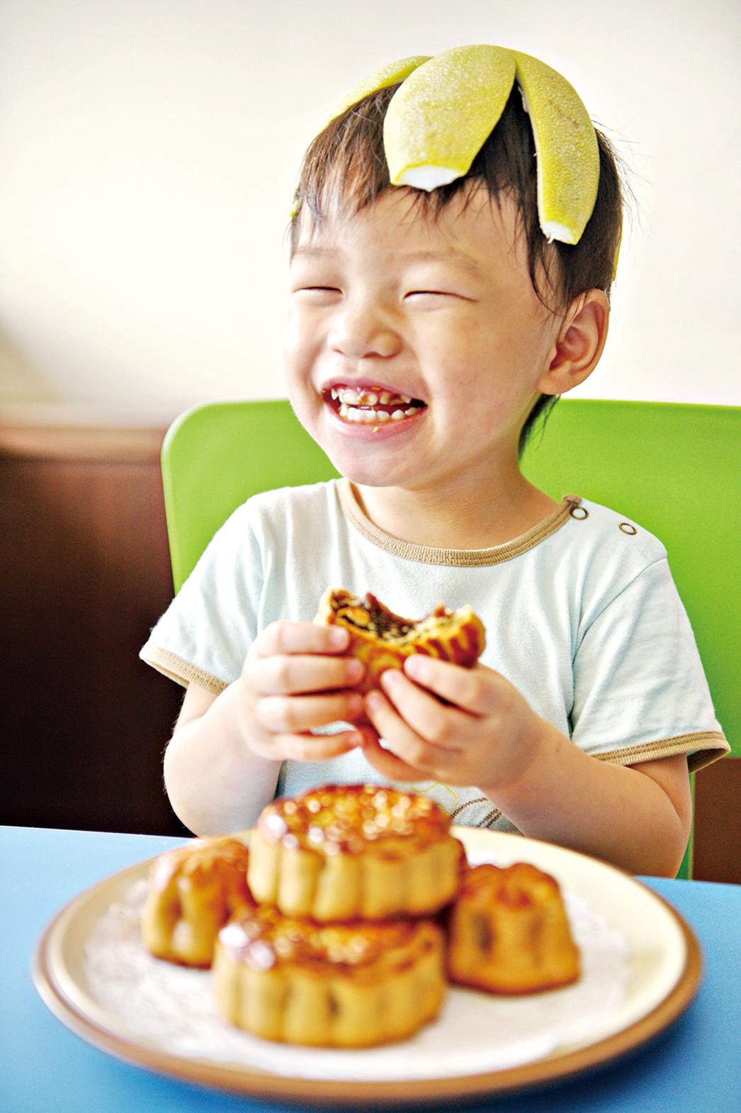 中秋節時,許多孩子總是一邊吃月餅,一邊戴上柚子帽,非常開心。
