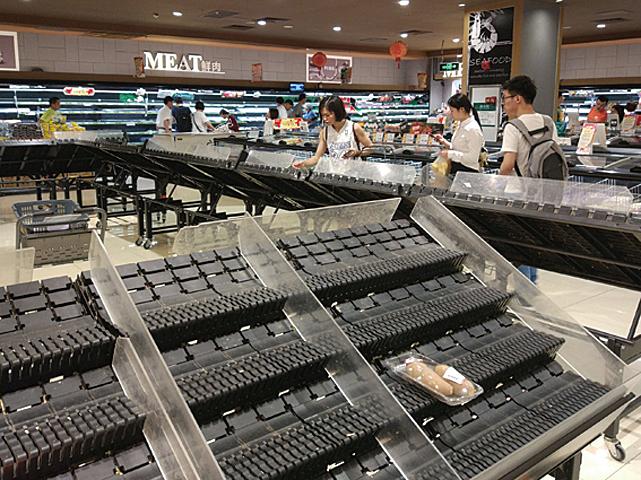 「山竹」颱風造成廣州市許多超市的蔬菜、麵包、熟食等在前一晚就被搶購一空。(大紀元資料室)