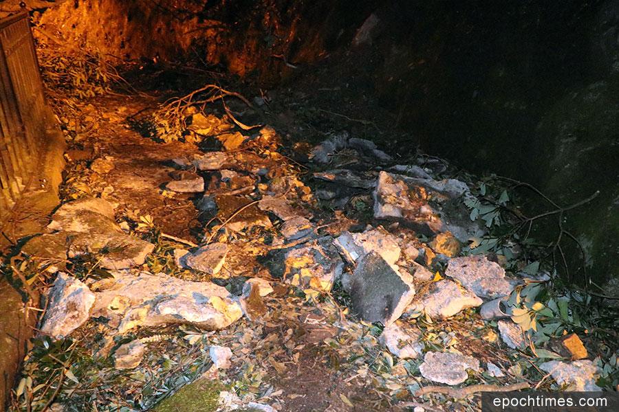盧吉道其中一處疑有部份護土牆崩塌,該處路面上有多塊水泥碎塊。(陳仲明/大紀元)