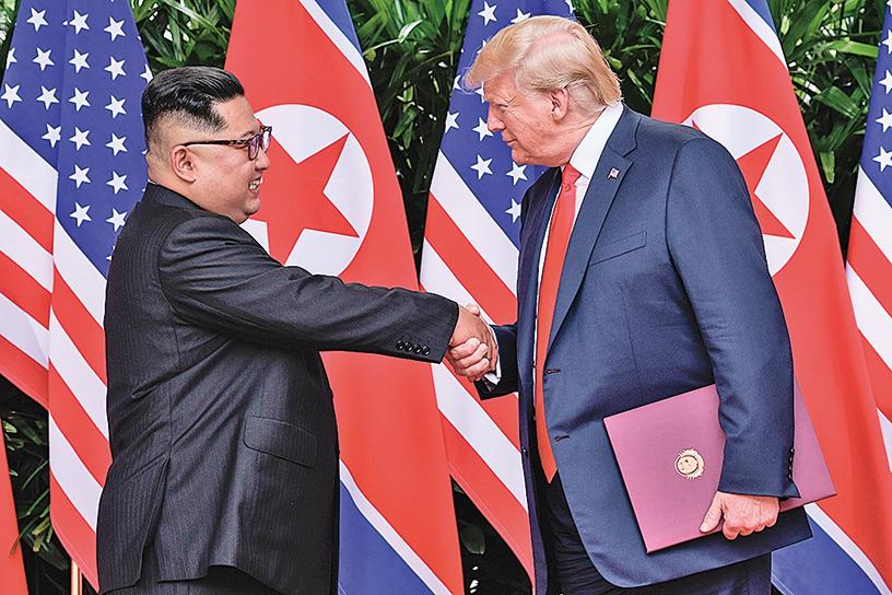 美國中期選舉牽動朝鮮半島能否真正無核化。圖為特朗普與金正恩在新加坡會面的情形。(AFP)