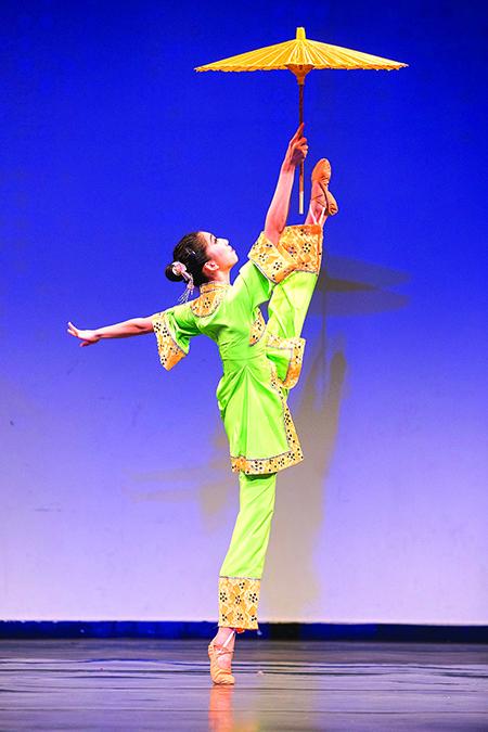 210號選手楊美蓮表演舞蹈劇目《江南新雨》。(戴兵/大紀元)