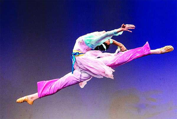 203號選手黃悅表演舞蹈劇目《春曉》。(愛德華/大紀元)