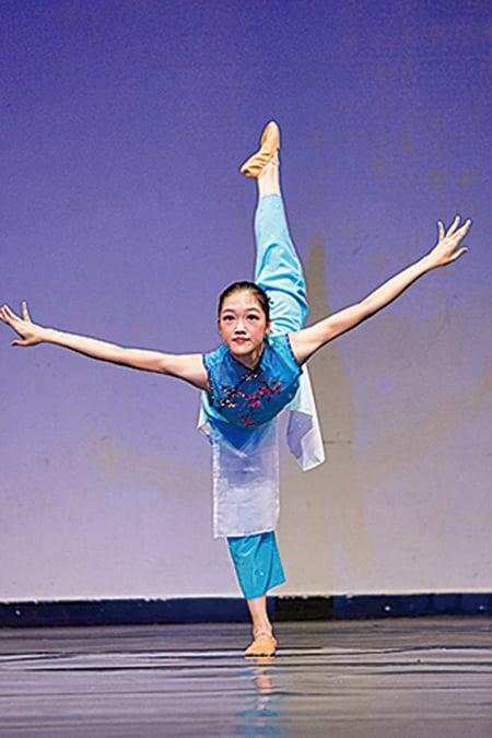 來自香港的222號選手柯美宇表演舞蹈劇目《如意》。(戴兵/大紀元