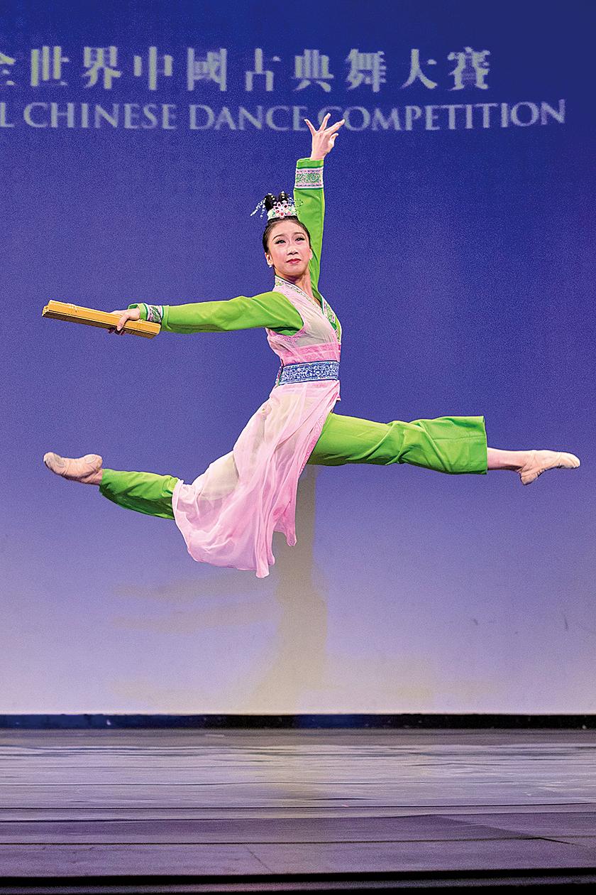 青年女子組銅獎得主吳凱迪表演舞蹈劇目《寒窯》。(戴兵/大紀元)