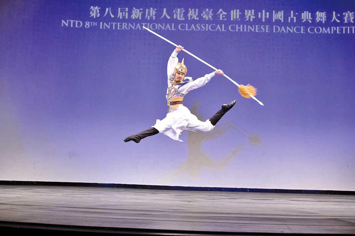「全世界中國古典舞大賽」青年組金獎得主陳厚任,表演舞蹈劇目《精忠岳飛》。(愛德華/大紀元)