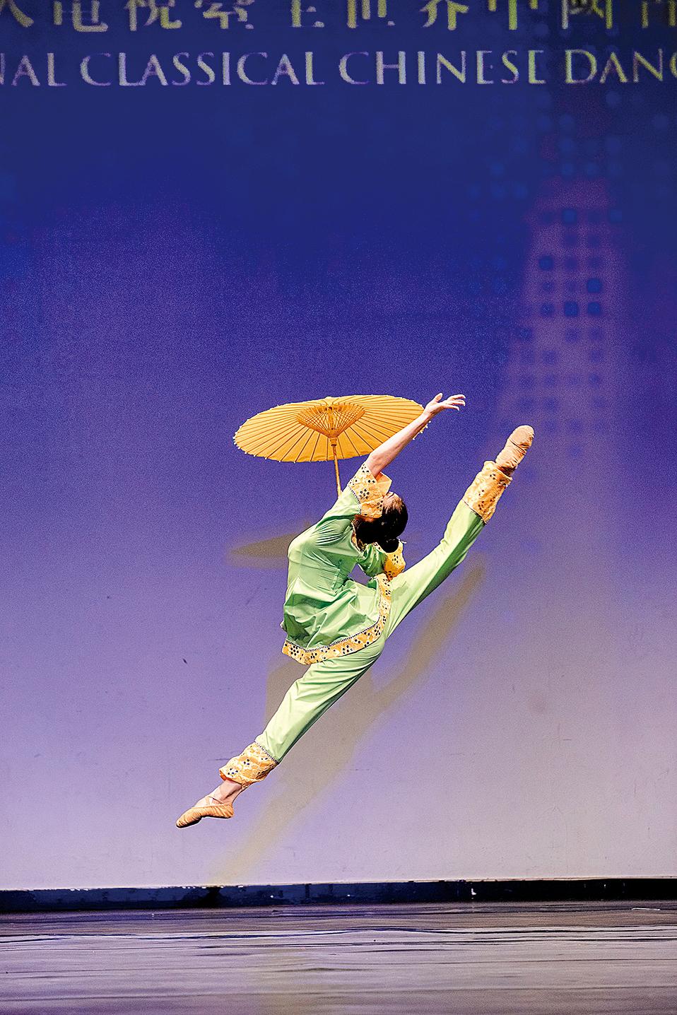 少年女子組金獎得主楊美蓮舞蹈劇目《江南新雨》。(愛德華/大紀元)