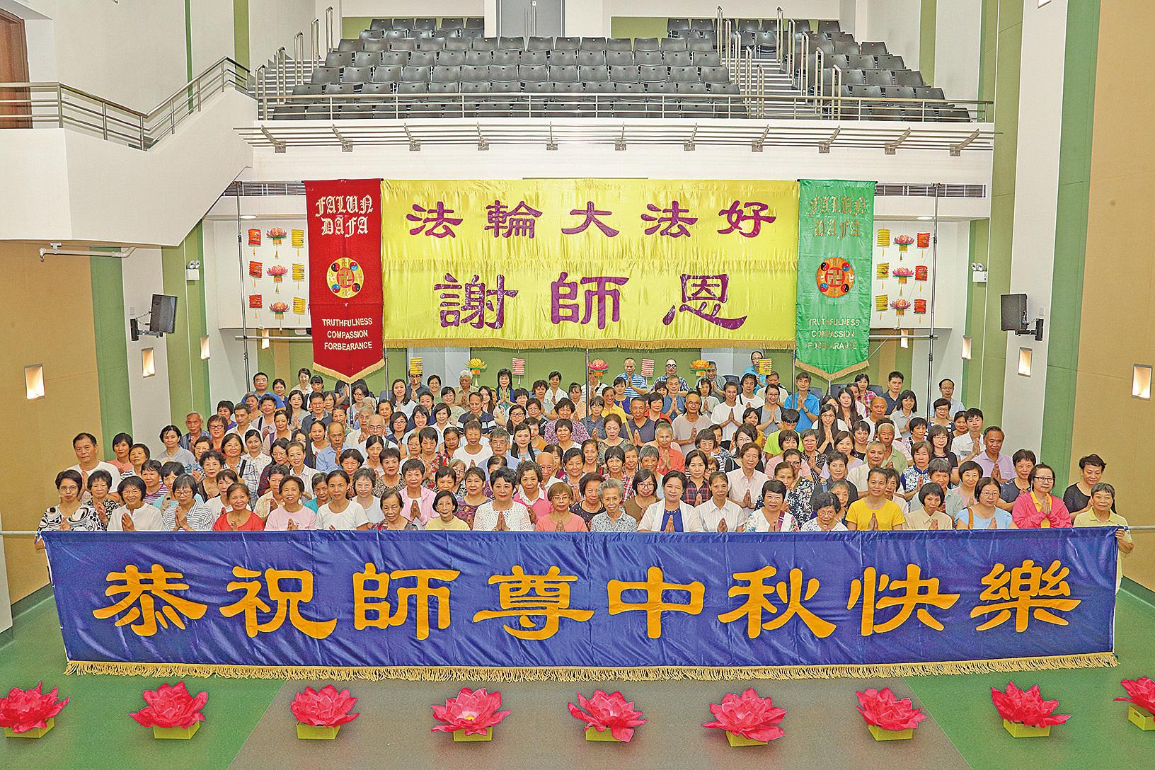 2018年9月15日,香港法輪功學員舉辦祝賀活動,恭祝法輪功創始人李洪志大師中秋快樂。(李逸/大紀元)