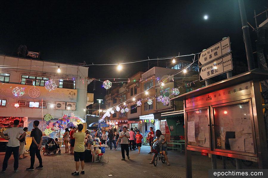 三百盞五彩繽紛的燈籠,包括人手繪製的紙花燈,掛滿吉慶街,充滿節日氣氛。(陳仲明/大紀元)