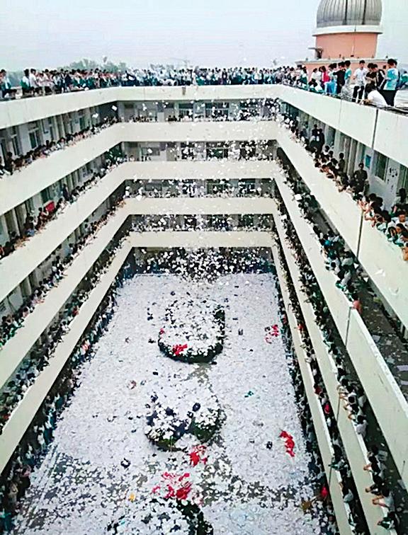 高考前多校學生撕書減壓