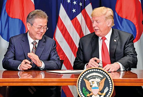 美國總統特朗普(右)和南韓總統文在寅於9月24日在紐約聯合國大會期間簽署修訂後的《美韓自由貿易協定》。(AFP)