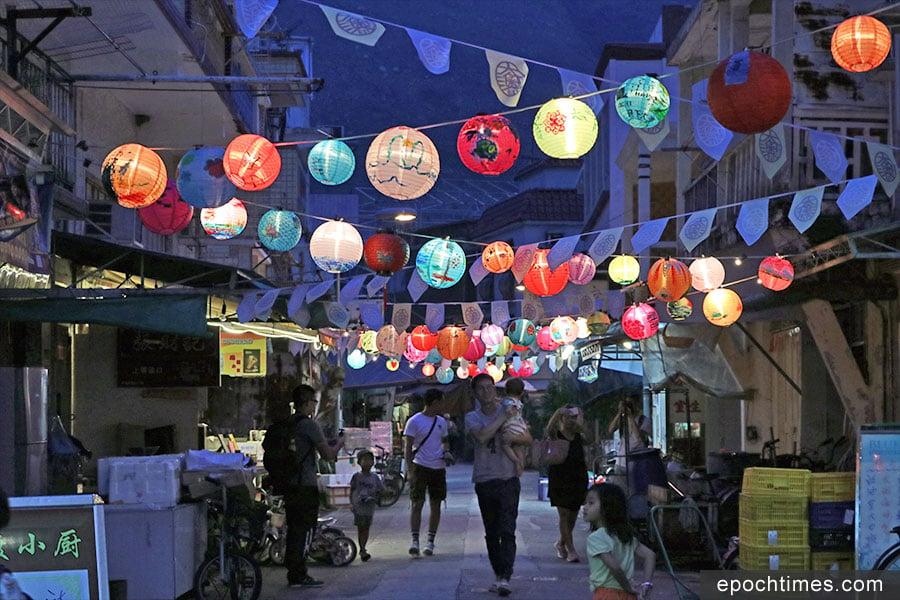 華燈初上,夜幕降臨,走過吉慶街,微風吹拂著一盞盞高高懸掛的燈籠。(陳仲明/大紀元)
