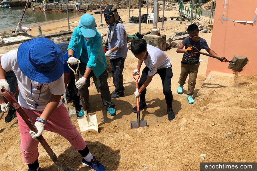 多名熱心市民自發組織義工隊,前往蒲台島協助村民清理村內通道的海沙。(市民提供)