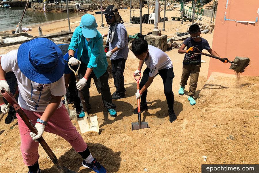 市民自發組隊清理海沙 助蒲台島居民開路