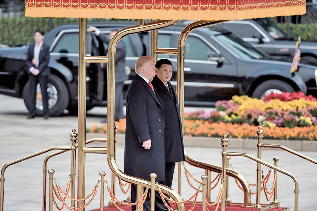 美中貿易戰開打以來,不斷升級,有專家認為最後中美貿易戰解決的話,那一定是特朗普跟習近平直接談。圖為特朗普和習近平於2017年11月在北京。(AFP)