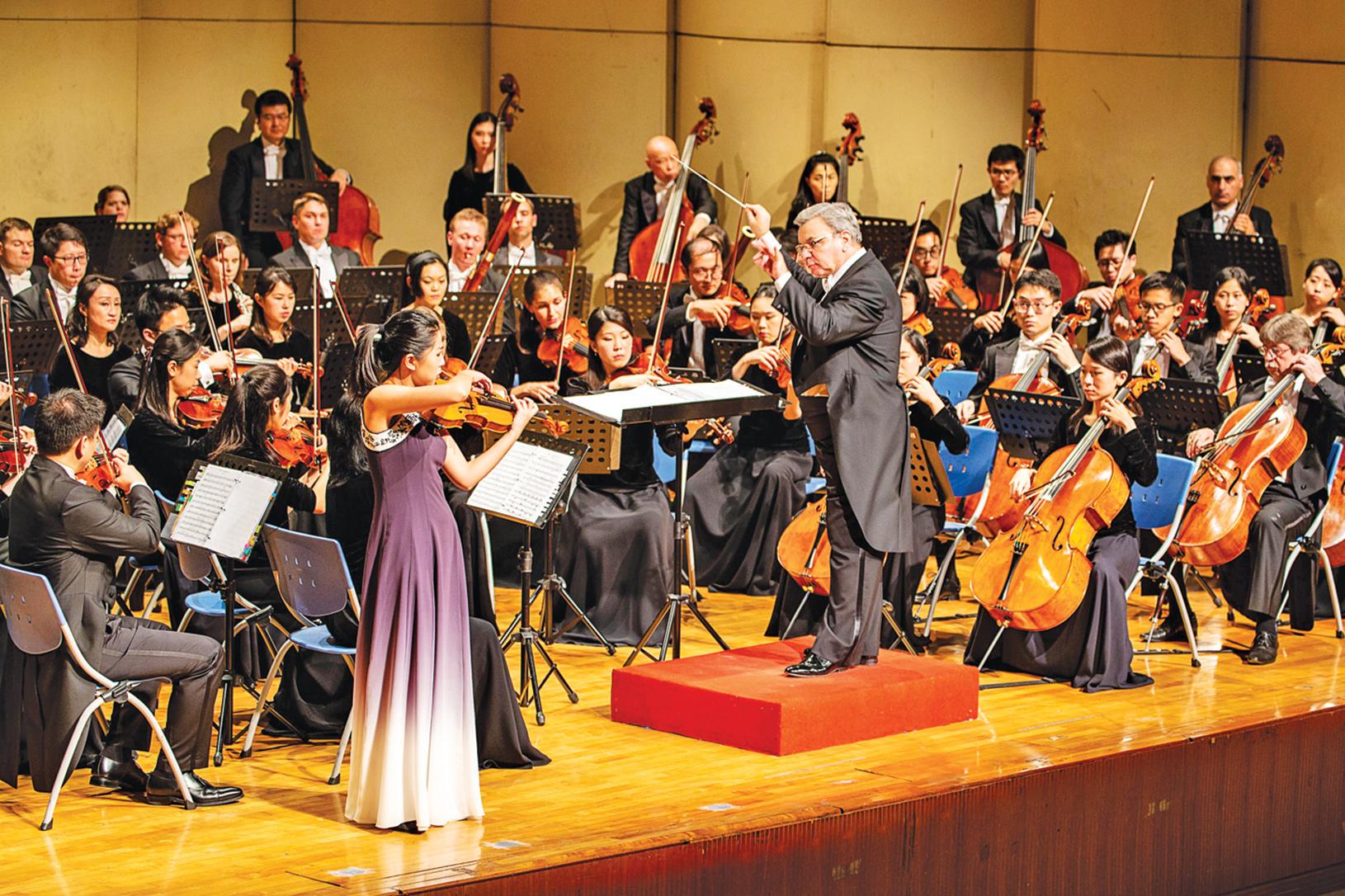 神韻交響樂團小提琴演奏家鄭媛慧的演出。(鄭順利/大紀元)