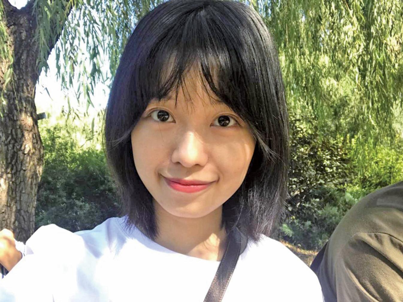 近日,遭朱軍性騷擾的女生首次在微博上曬出自己的正面照。(@弦子與她的朋友們)