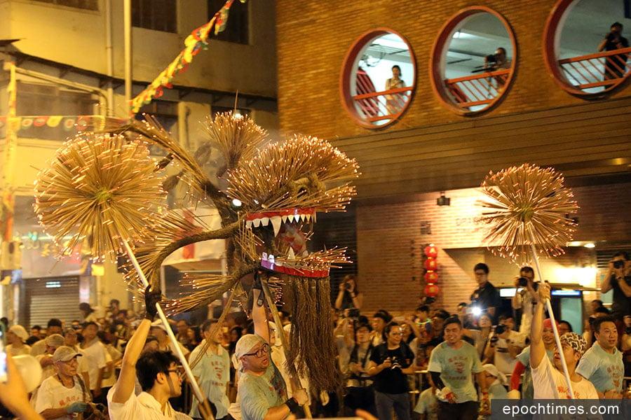 每年中秋佳節,大坑浣紗街一帶均有盛大的舞火龍表演。(陳仲明/大紀元)