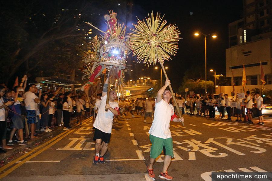本港舞火龍傳統源遠流長,現已成為中秋節慶的盛會。(陳仲明/大紀元)