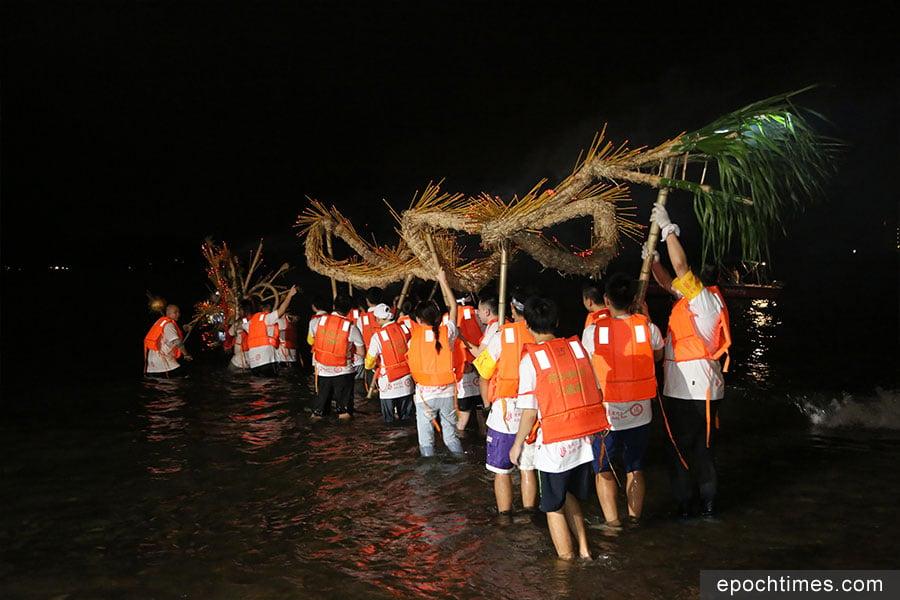 薄扶林村火龍在瀑布灣進行「龍歸滄海」儀式。(陳仲明/大紀元)