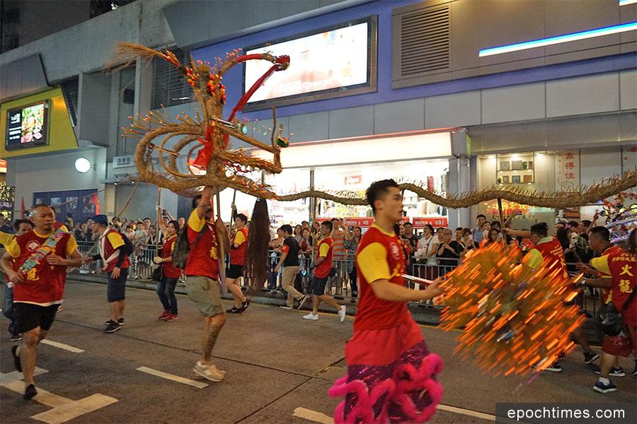 舞龍隊伍穿插在香港仔社區的大街小巷舞動表演。(曾蓮/大紀元)