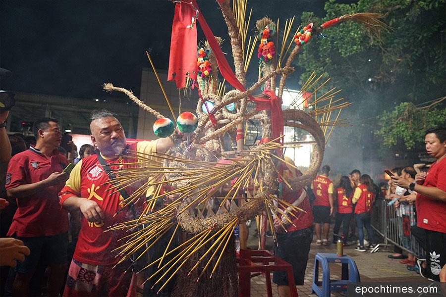 大龍抵達華富邨後,再進行補香和點睛儀式。(曾蓮/大紀元)