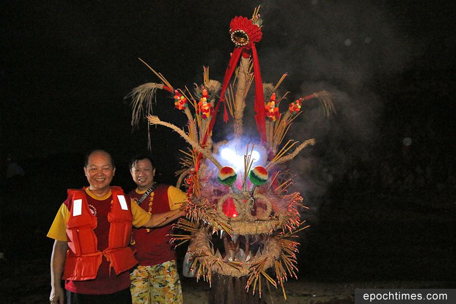 吳江南師傅(左)與他製作的香港仔火龍。(陳仲明/大紀元)