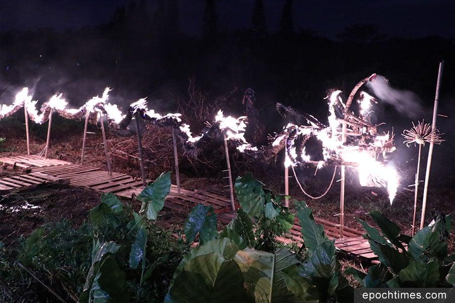 火龍在壁畫村對出草地棚架上進行「焚化火龍」儀式。(黃靜修/大紀元)