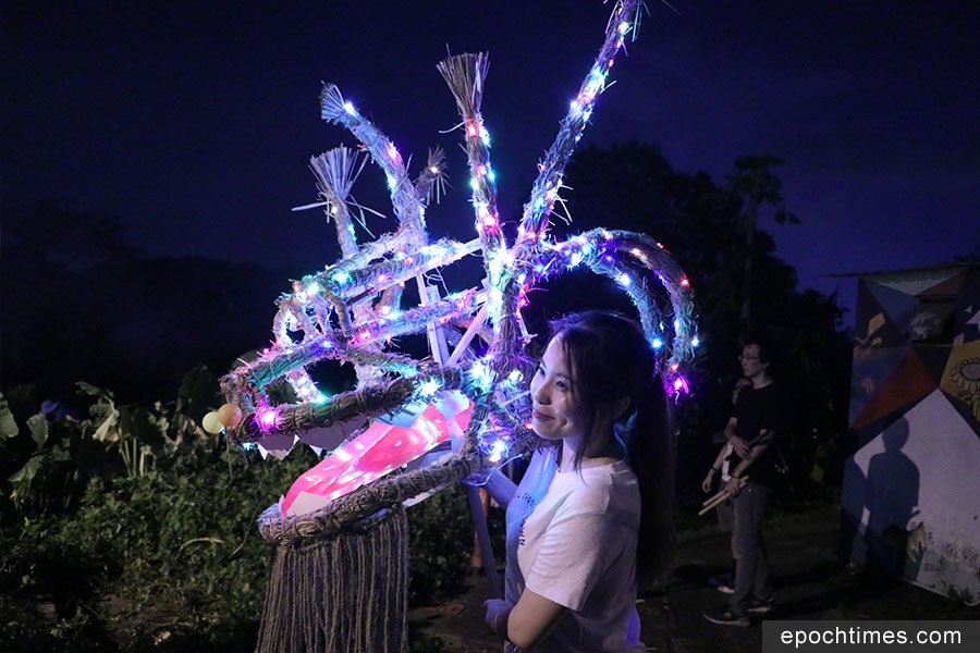 除供巡遊的火龍外,村民還在壁畫村展出「聖誕龍」,供人拍照留念。(黃靜修/大紀元)