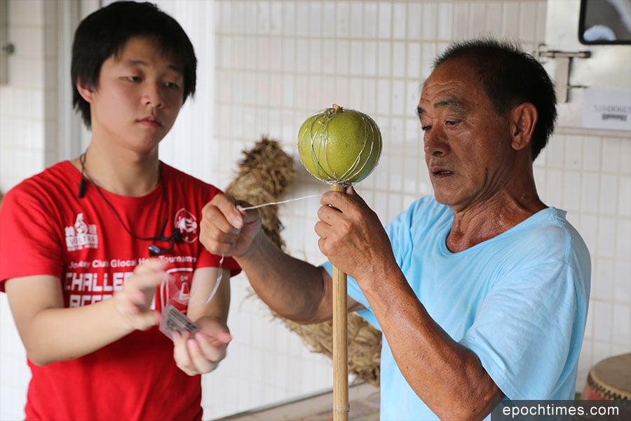 黃志強師傅(右)熱心為坪輋村製作火龍。(陳仲明/大紀元)