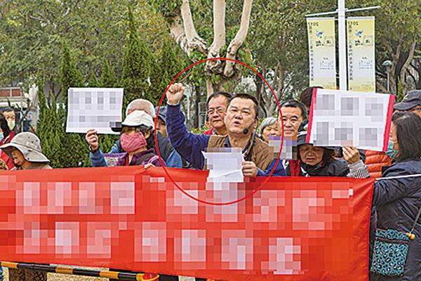 2016年10月1日,神韻交響樂團首次蒞臨嘉義市演出,張孟崇當時也率眾在嘉義市文化局音樂廳前不經申請,違法干擾神韻交響樂團的演出。(大紀元)