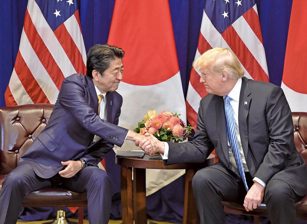 日本首相安倍晉三(左)與美國總統特朗普9月26日在紐約舉行雙邊會議。(AFP)