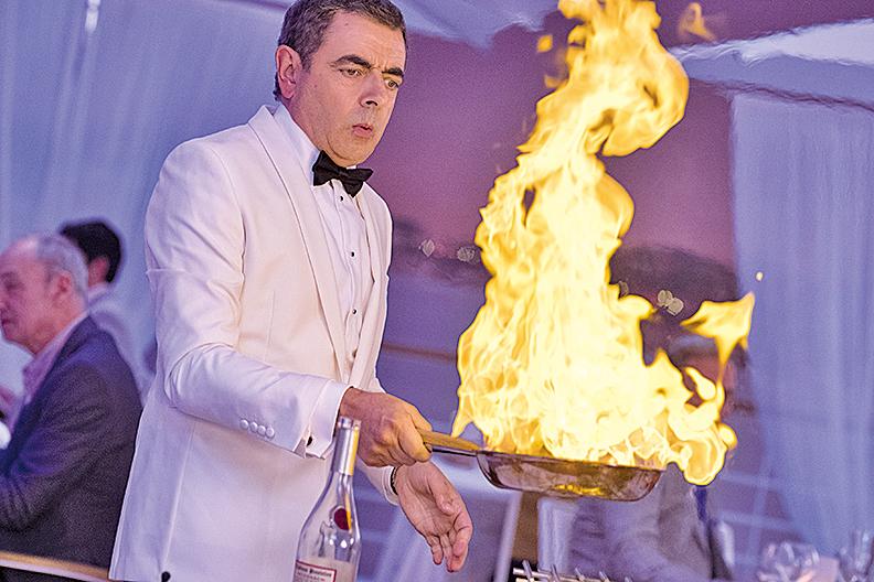 各類逗趣情節充滿了整部電影,諸如火燒高級法國餐廳、使用VR卻不慎出差錯等。