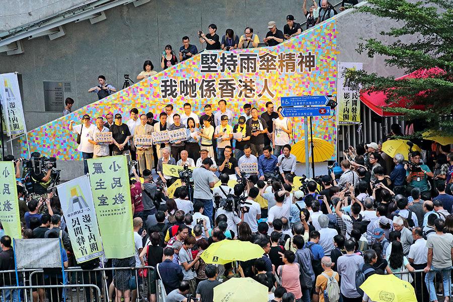 傘運四周年 三千港人重回連儂牆 抗中共爭民主