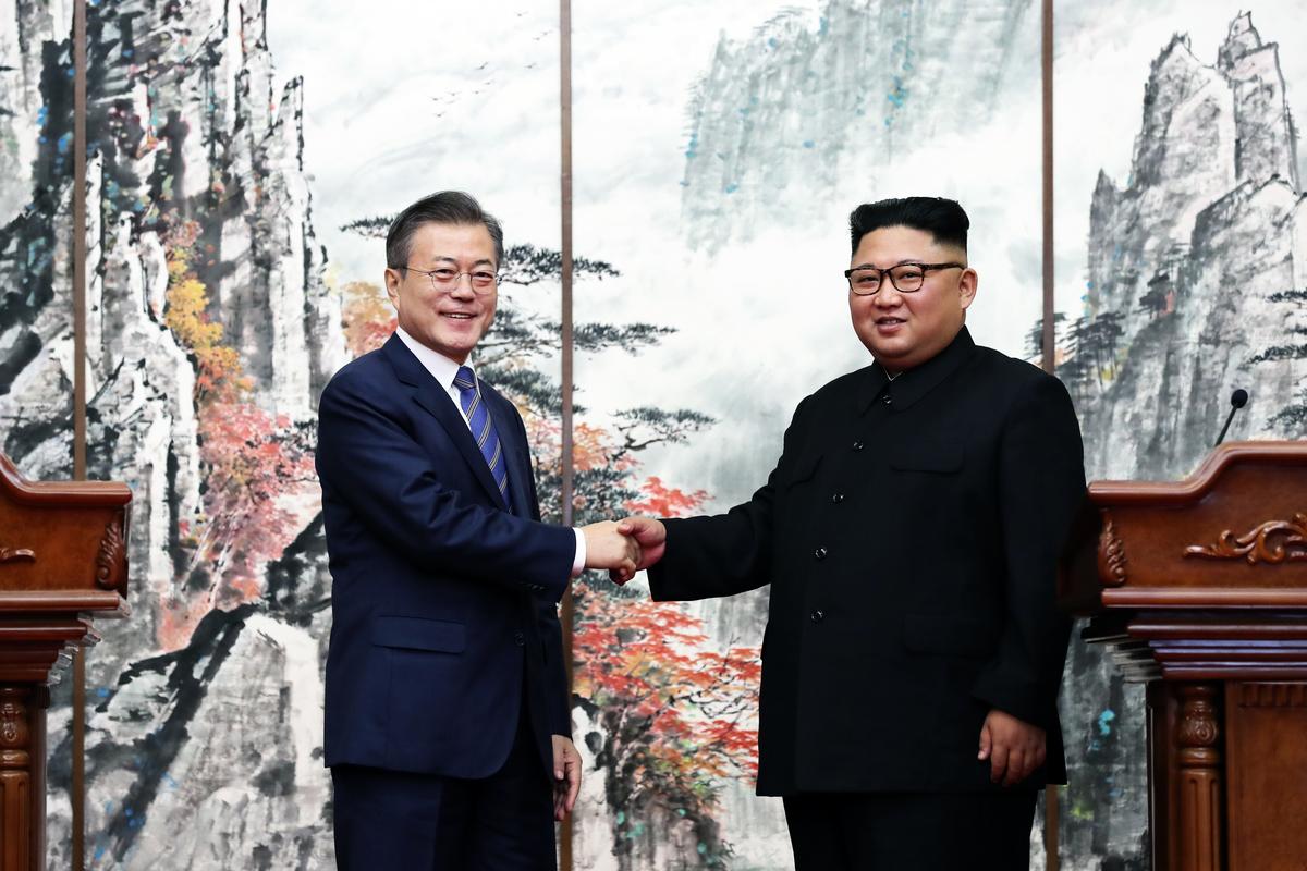 近期,北韓駐華使館撤下習近平等人相關照片,在外部公示板新張貼南韓總統文在寅與北韓最高領導人金正恩在平壤舉行會晤的照片。圖為文在寅(左)與金正恩在平壤舉行第三次峰會。(Pyeongyang Press Corps/Pool/Getty Images)