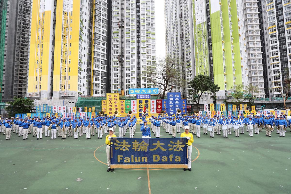 2018年10月1日上午,香港法輪功學員在長沙灣遊樂場舉行反迫害集會。(李逸/大紀元)