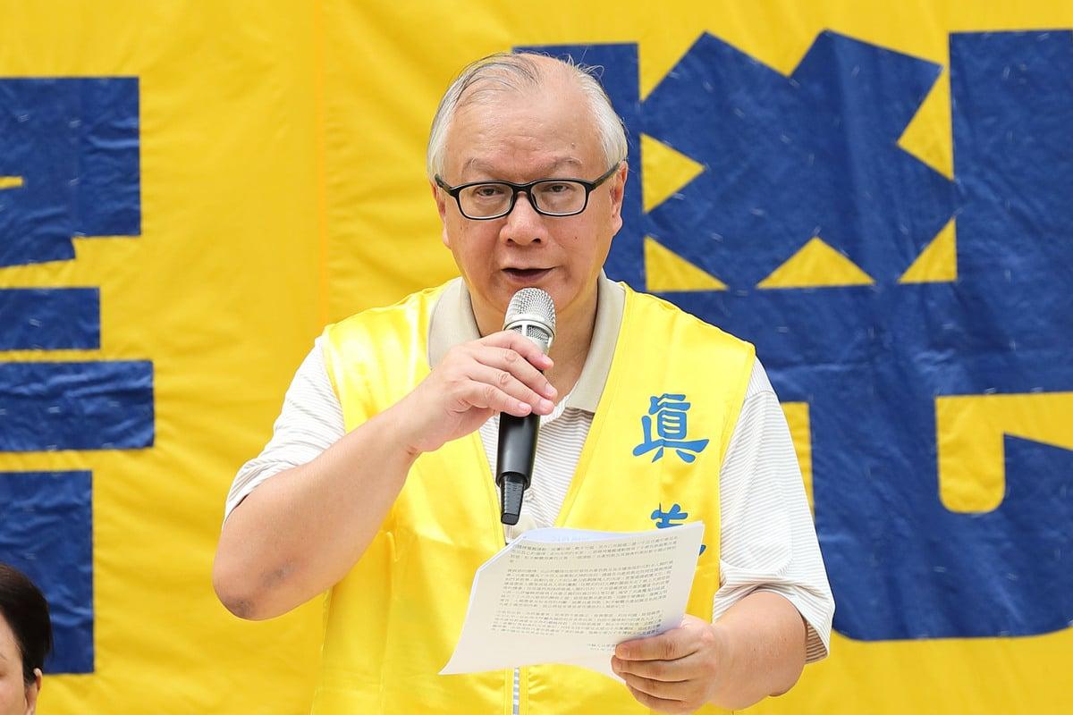 2018年10月1日上午,香港法輪佛學會發言人簡鴻章在反迫害集會上發言。(李逸/大紀元)