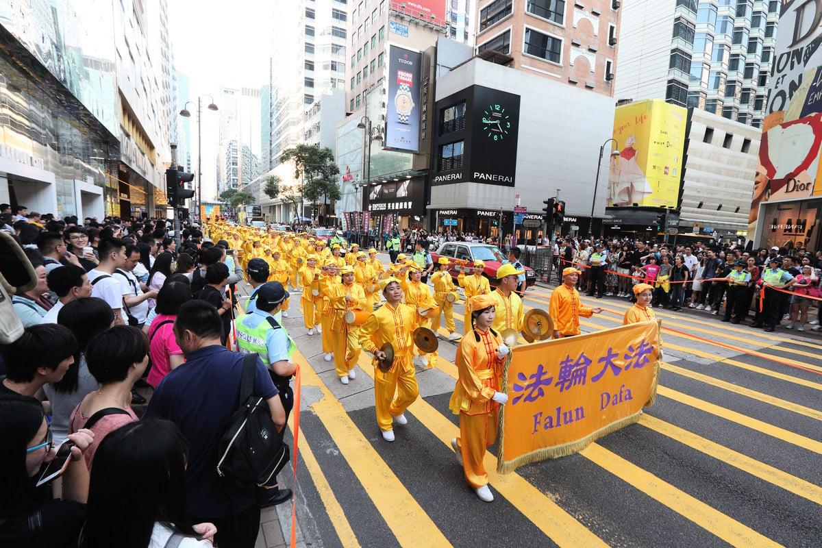 2018年10月1日「國殤日」,香港法輪功學員舉行盛大的反迫害集會遊行。壯觀的遊行隊伍經過尖沙咀廣東道鬧市,吸引成千上萬的市民遊客夾道觀看。(李逸/大紀元)