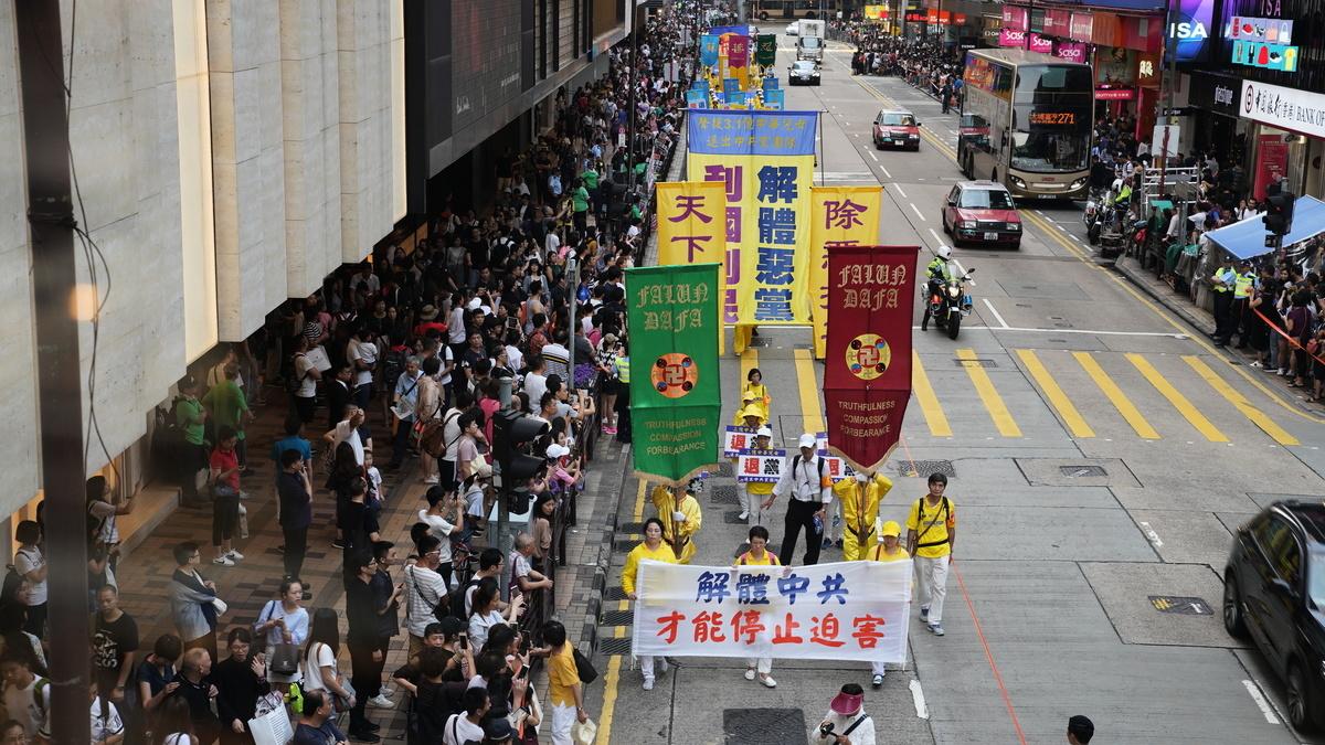 2018年10月1日「國殤日」,香港法輪功學員舉行盛大的反迫害集會遊行。壯觀的遊行隊伍經過尖沙咀廣東道鬧市,吸引成千上萬的市民遊客夾道觀看。(余鋼/大紀元)