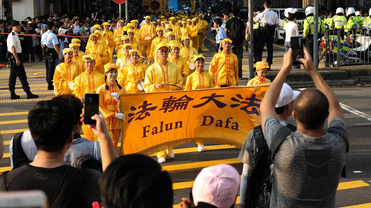 10月1日「國殤日」,香港法輪功學員舉行盛大的反迫害集會遊行,要求停止中共持續19年的迫害,法辦元兇。(李拔/大紀元)