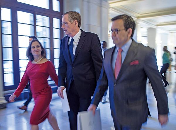 在最後一刻,美國和加拿大終於達成了貿易協議。圖(從左到右)為方慧蘭、萊特希澤和墨西哥談判代表。(AFP)