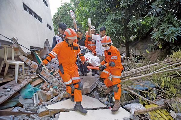 印尼救援人員於2018年9月30日在印度尼西亞中部蘇拉威西島帕盧的一家倒塌餐廳的廢墟中找到地震倖存者。(AFP)