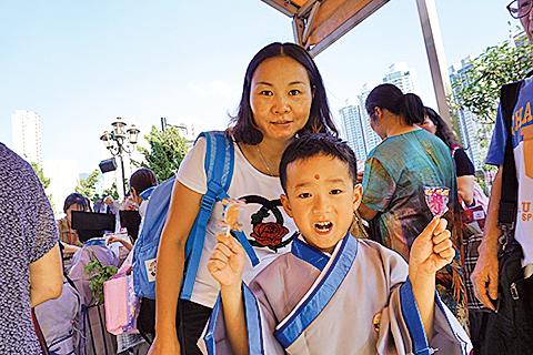 受訪家庭潘太及兒子潘煒振。(曾蓮/大紀元)