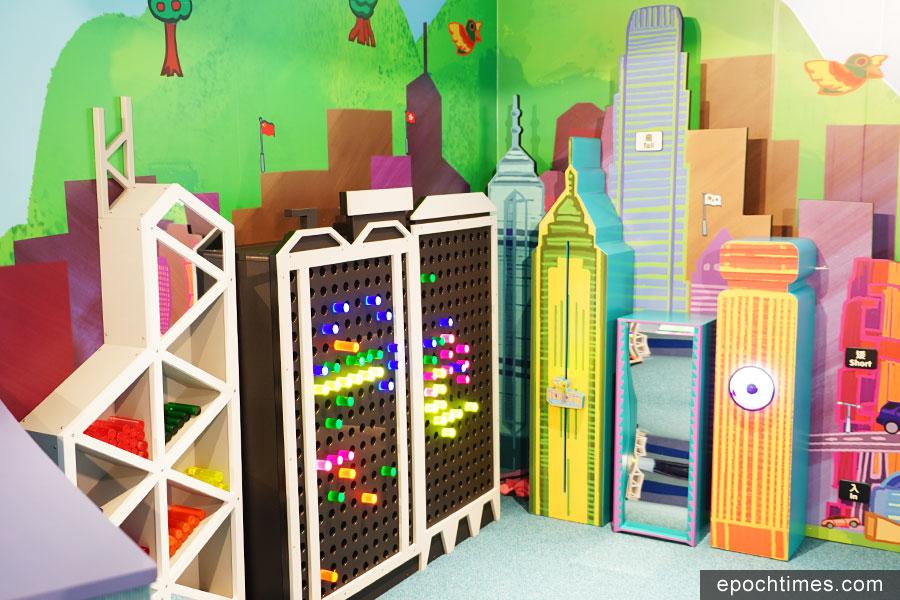 「點亮高樓」讓小朋友們運用亞加力膠棒在香港標誌性建築物上創造美麗的發光圖案。(曾蓮/大紀元)