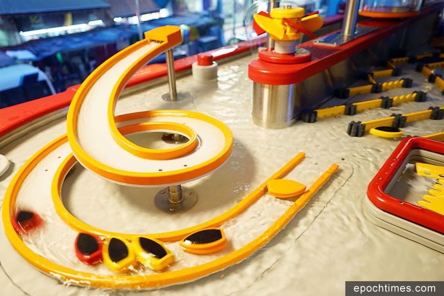 「水源號」展區,孩子們可透過控制水閘、水車、漩渦和製造堤壩,感受水的力量,探索物理原理。(曾蓮/大紀元)