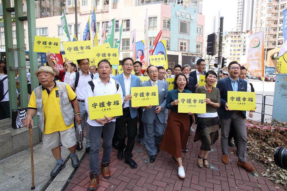 工黨劉小麗早上在多位民主派陪同下到九龍城政府合署,報名參加立法會九龍西補選。(蔡雯文/大紀元)